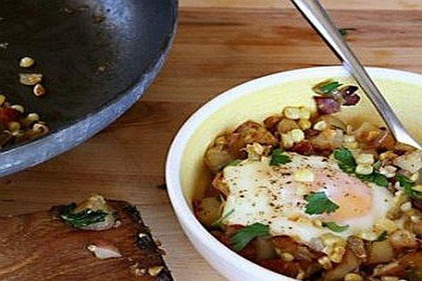 Пържени картофи с яйца, бекон и царевица