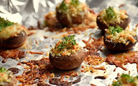 пълнени печурки със сирена и галета