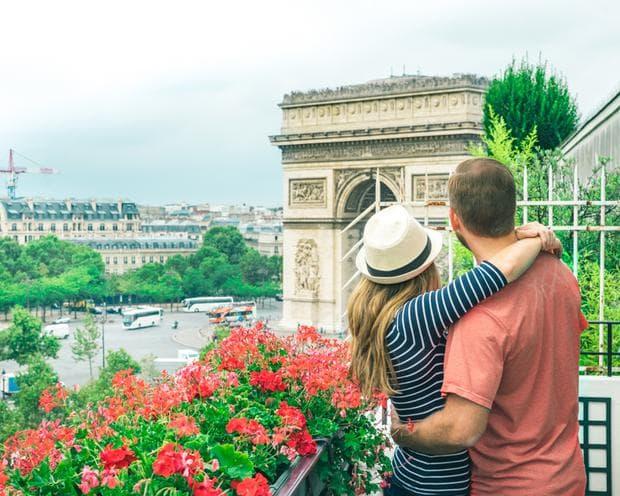 двойка пред Триумфалната арка