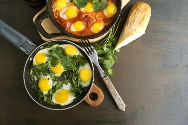Яйца шакшука със спанак и доматен сос.