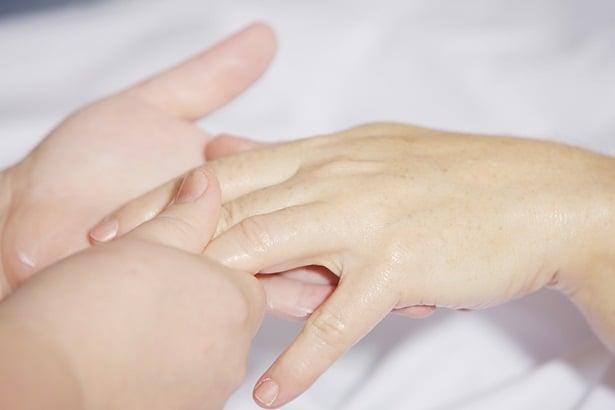 Масаж на пръстите на ръцете