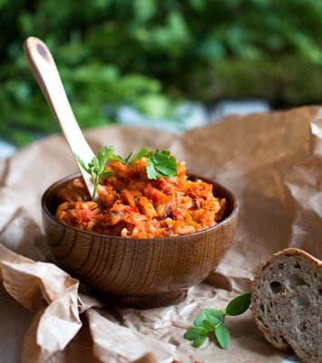 Разядка от моркови с чесън и чушки