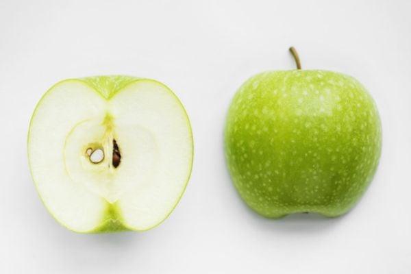 Разрежете ябълките наполовина и извадете семената от тях.