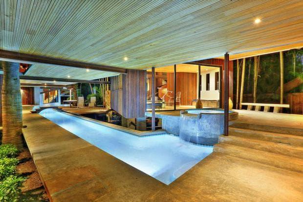 Река свързва стаи в луксозна къща в Маями