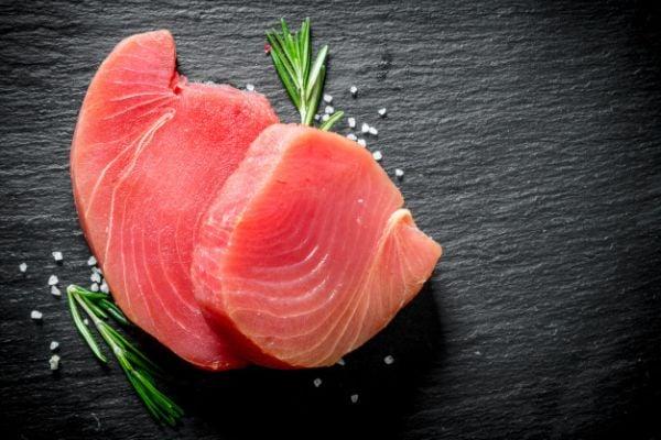 В рибите се съдържа най-много живак. Богати източници са риба тон, скумрия и риба меч.