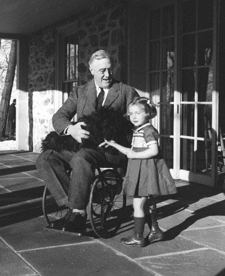 Франклин Рузвелт с дете на близки хора