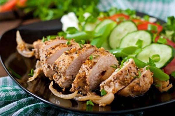 Рулца от пилешки гърди със сушени сини сливи (на фурна).