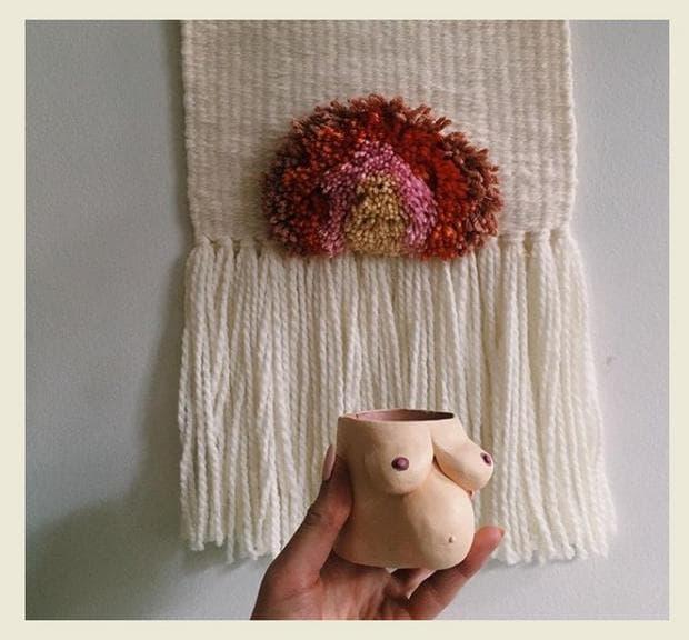 Саксия от глина изобразява женски гърди