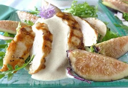 салата с пилешко и ядков сос