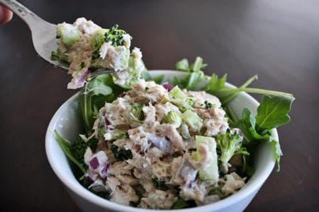 зелена самата с броколи, краставици и риба тон