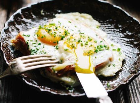 сандвич с яйца, сметана и кашкавал