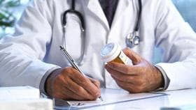 Лекар държи химикал и лекарство