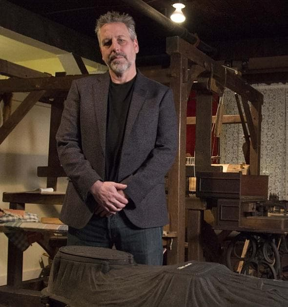 Скот Уарнаш, който стои до намерения саркофаг
