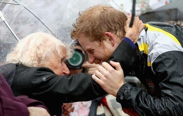 прегръдка с принц Хари
