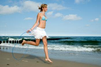 скачане на въже на плажа