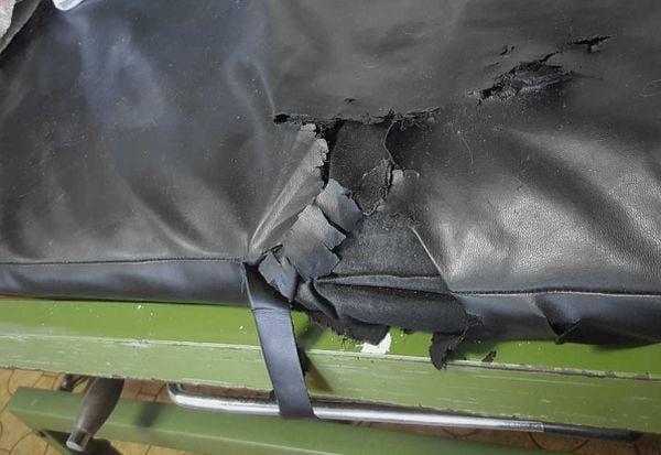 скъсан стол в стаята за болни от COVID-19