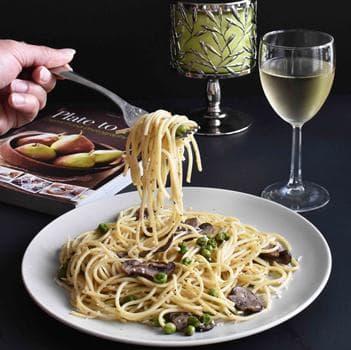 спагети с чесново масло, гъби, грах и пармезан