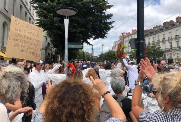 Французите определят новите мерки като диктатура и протестират в името на личната сводоба, която смятат, че е нарушена.