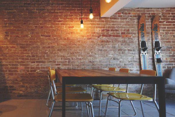 стени, маси и столове в минимализма