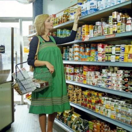 стара снимка на бременна жена в супермаркета