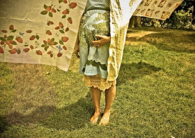 бременна жена на слънчева светлина