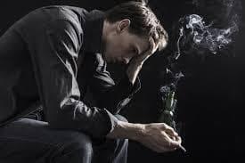 Мъж пуши цигара