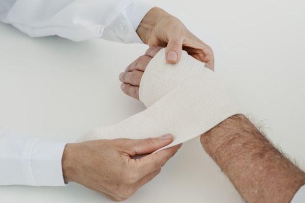 Студени и топли компреси се прилагат за облекчаване на болката в китките.