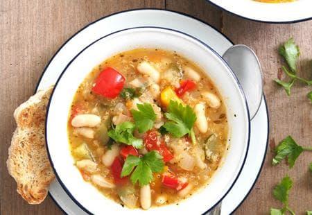 супа с киноа, боб и зеленчуци