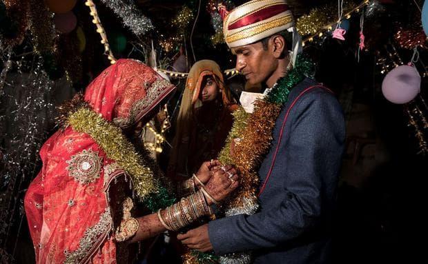 Мускан и Раджу си разменят венци по време на сватбената церемония