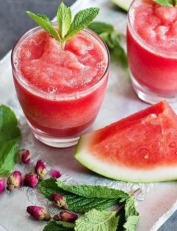 свеж коктейл с мента, диня и розова вода