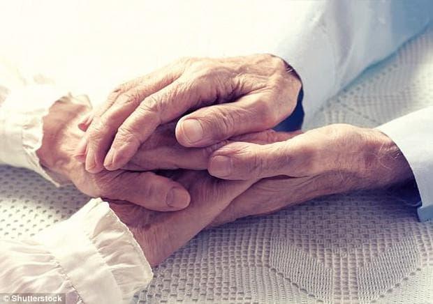 ръце на възрастна двойка