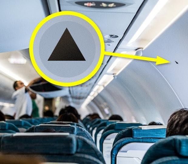 Черен триъгълник в самолета