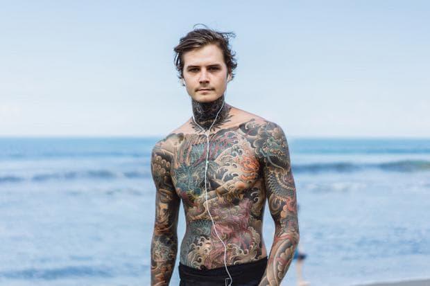 момче с татуировка