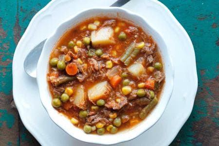 телешко месо с картофи, грах и зелен боб