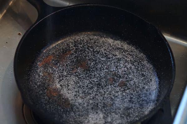 поръсване на тигана със сол