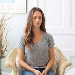 Жена седнала с ръце в скута