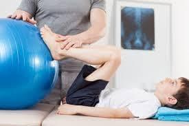 Mомченце прави упражнение с топка