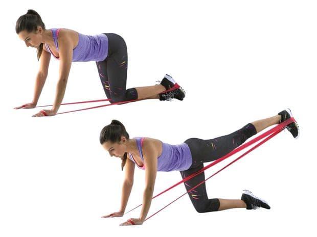 Упражнение с ластик за бедрата