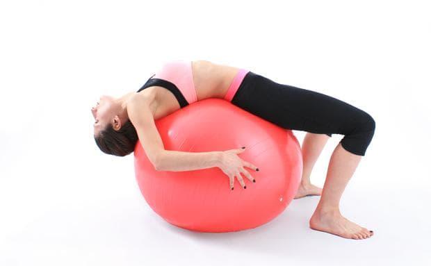 Отпускане на гърба върху фитнес топка