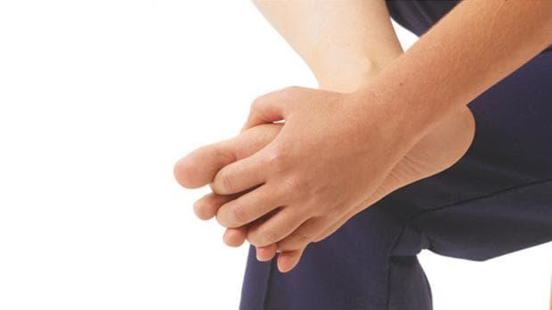 Обхващане на стъпалото в дланта