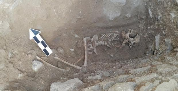 Намереният гроб в цял план