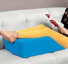 Крака върху възглавница