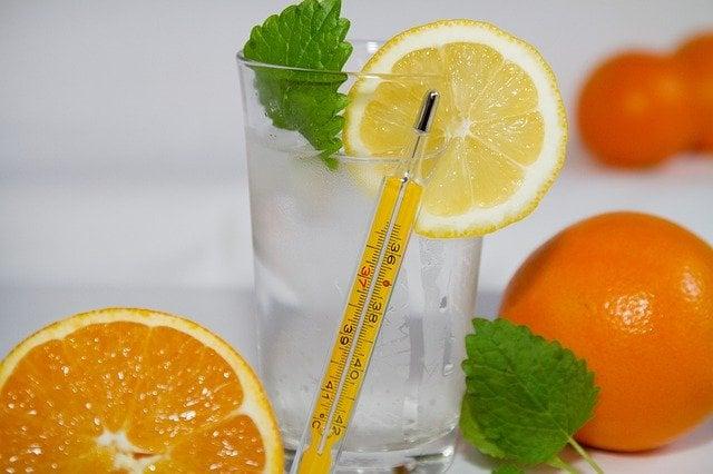 Термометър, лимон, портокал, чаша