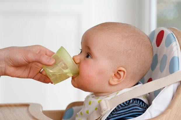 Предлагане на вода на кърменено бебе