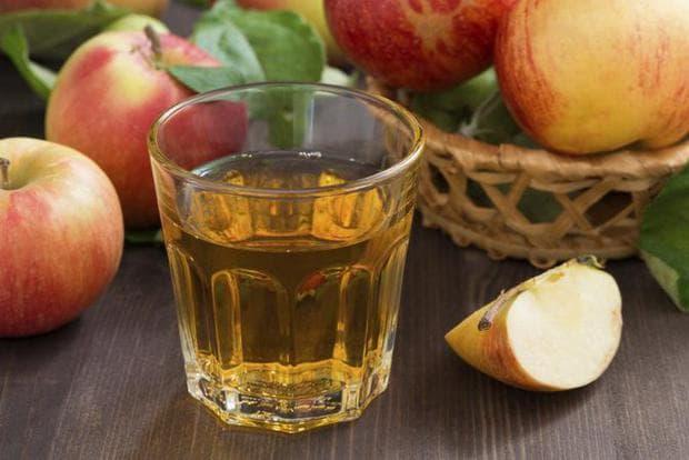 Ябълков оцет в чаша