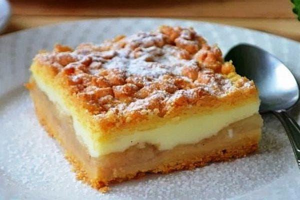 Ябълкв сладкиш с млечен крем