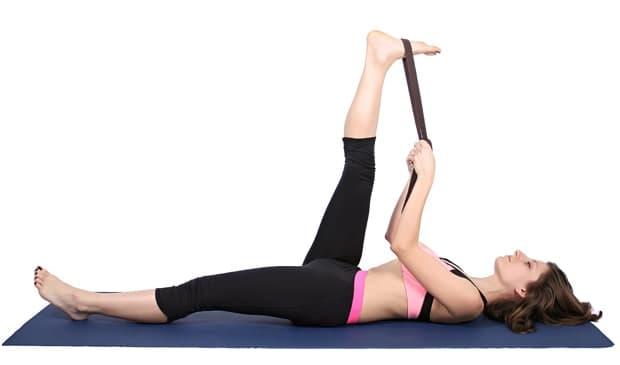 Йога - разтягане на крак от лег