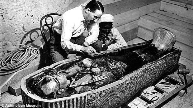Археологът Хауърд Картър