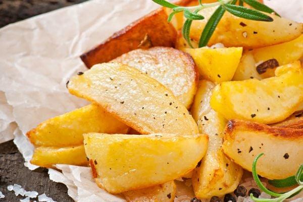 Задушени картофи с масло, розмарин и бяло вино.