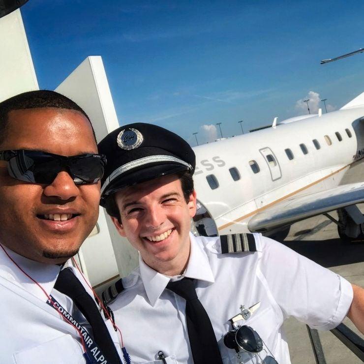 Пилотите носят снимки в шапките си